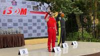 Avila Bahar mengangkat trofi juara di ISSOM seri 1 (istimewa)