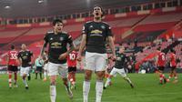 Striker Manchester United, Edinson Cavani, merayakan gol yang dicetaknya ke gawang Southampton, Minggu (29/11/2020). Cavani mencetak dua gol dalam kemenangan 3-2 yang diraih The Red Devils di markas Southampton. (MIKE HEWITT / POOL / AFP)