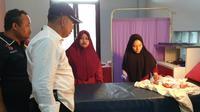 Penemuan bayi dengan Ari-Ari di areal pemakaman Karawang. (Liputan6.com/Abramena)