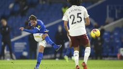 Gelandang Brighton & Hove Albion, Alexis Mac Allister menembak bola saat bertanding melawan Arsenal pada pertandingan lanjutan liga Inggris di stadion Falmer di Brighton, Inggris, Rabu (30/12/2020). Berkat kemenangan ini, Arsenal mengantongi 20 poin dari 16 pertandingan. (Mike Hewitt/Pool via AP)