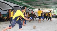 Tanpa ragu, para pemain berebut bola durian dalam kompetisi sepakbola durian di Pesantren Al Hasani, Kebumen. (Foto: Liputan6.com/Muhamad Ridlo)