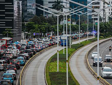 Rencana Pelarangan Mobil Berusia 10 Tahun Melintas di Jakarta