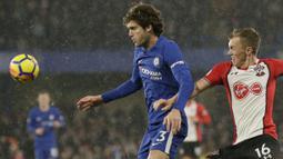 Pemain Chelsea, Marcos Alonso (kiri0 berusaha melewati adangan pemain Southampton,  James Ward-Prowse pada laga Premier League di Stamford Bridge, London, (16/12/2017). Chelsea menang 1-0. (AP/Tim Ireland)