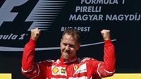 Pembalap Ferrari, Sebastian Vettel, rayakan kemenangan GP Hungaria di Sirkuit Hungaroring, Minggu (30/7/2017). (AP Photo/Darko Bandic)
