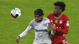Gelandang Bayern Leverkusen, Leon Bailey (kiri) mengontrol bola dibayangi striker Bayern Munich, Kingsley Coman dalam laga lanjutan Liga Jerman 2020/2021 pekan ke-30 di Allianz Arena, Munich, Selasa (20/4/2021). Leverkusen kalah 0-2 dari Bayern Munich. (AP/Christof Stache/Pool)