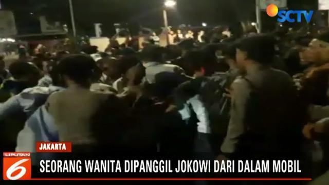 Meski dijaga ketat Paspampres, para pengunjuk rasa tetap memaksa untuk menghentikan mobil Presiden.