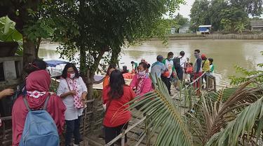 Relawan Solmet membagikan paket sembako di sejumlah titik wilayah Bekasi.
