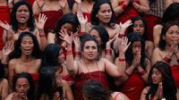 Sejumlah wanita Hindu bersiap mandi suci dI sungai Bagmati pada festival keagamaan Madhav Narayan, Nepal, Selasa (16/1). Selama upacara, bagi perempuan yang sudah menikah, mereka mendoakan suami mereka memohon panjang umur. (AP Photo/Niranjan Shrestha)