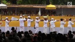 Rangkaian prosesi dalam upacara Tawur Kesanga di Pura Aditya Jaya, Rawamangun, Jakarta, Jumat (16/3). Upacara Tawur Kesanga digelar sebagai rangkaian perayaan Hari Raya Nyepi Tahun Baru Saka 1940. (Liputan6.com/Arya Manggala)