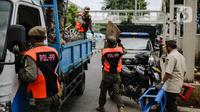 Petugas Satpol PP menyita dagangan pedagang yang nekat berjualan saat masa pandemi COVID-19 di kawasan Pasar Tanah Abang, Jakarta, Jumat (22/5/2020). Gubernur DKI Jakarta Anies Baswedan menambah PSBB selama 14 hari mulai tanggal 22 Mei 2020. (Liputan6.com/Faizal Fanani)