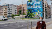 Seorang pria yang mengenakan masker melewati sebuah jalan di Brussel, Belgia, Selasa (7/7/2020). Komisi Eropa memprediksi Ekonomi Eropa akan menghadapi resesi lebih dalam akibat langkah-langkah pengendalian COVID-19 yang berkepanjangan. (Xinhua/Zhang Cheng)