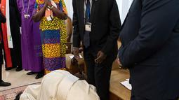Paus Fransiskus berlutut dan mencium kaki Presiden Sudan Selatan, Salva Kiir Mayardit dalam pertemuan di Vatikan, Kamis (11/4). Dalam pertemuan itu, Paus Fransiskus mencium kaki baik pejabat pemerintah maupun oposisi guna mencegah para pemimpin itu kembal