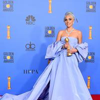 Lady Gaga menunjukkan piala penghargaan Golden Globes 2019 di The Beverly Hilton, Beverly Hills, California, Minggu (6/1). Lady Gaga meraih penghargaan melalui soundtrack lagu film The Star is Born. (Photo by Jordan Strauss/Invision/AP)