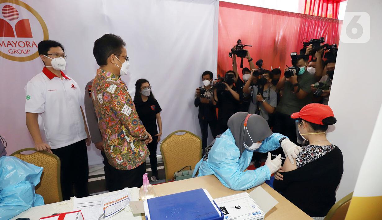 Menteri Kesehatan Budi Gunadi Sadikin (baju batik) meninjau vaksinasi di Kantor Mayora Head Office di Jalan Daan Mogot, Jakarta, Rabu (23/6/2021). Mayora Group mendukung program vaksinasi massal yang dicanangkan pemerintah untuk mencegah penyebaran Covid-19. (Liputan6.com/HO/Mayora)