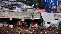 Kemiskinan yang kian tinggi tak mengurungkan niat mereka untuk menjadikan kolong jembatan sebagai tempat tinggal, Jakarta, Senin (16/6/14). (Liputan6.com/Faizal Fanani)