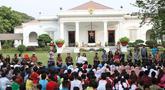 Presiden Jokowi dan Ibu Iriana, bermain bersama anak-anak dari beberapa sekolah di halaman belakang Istana Merdeka, Jakarta, Jumat (20/7). Kegiatan tersebut dalam rangka mengumumkan dan menampilkan lomba cipta lagu anak. (Liputan6.com/Angga Yuniar)