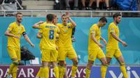 Selebrasi pemain Ukraina usai mengalahkan Makedonia Utara dalam pertandingan Grup C Piala Eropa 2020 di National Arena stadium, Rumania, Kamis (17/6/2021). (Foto: AP/Pool/Vadim Ghirda)