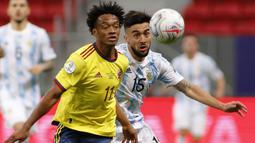 Memasuki menit-menit pertengahan babak pertama, Kolombia dan Argentina saling serang. Namun serangan mereka hanya sebatas menjadi peluang. Papan skor tak berubah hingga akhir babak pertama usai. Argentina unggul 1-0 atas Kolombia. (Foto: AFP/Silvio Avila)