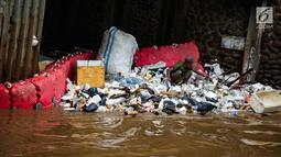 Pekerja memilah sampah saat pembersihan sampah di pintu air Manggarai, Jakarta, Selasa (4/12). Pembersihan dilakukan untuk melancarkan aliran sungai dan mencegah datangnya banjir saat memasuki musim hujan di wilayah tersebut. (Liputan6.com/Faizal Fanani)