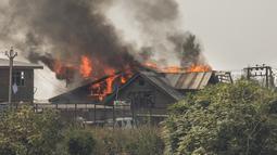 Kobaran api terlihat dari sebuah rumah saat baku tembak di Kota Srinagar, ibu kota musim panas Kashmir yang dikuasai India, pada 12 Oktober 2020. Dua militan tewas dalam baku tembak dengan pasukan pemerintah di wilayah Kashmir yang dikuasai India. (Xinhua/Javed Dar)