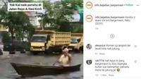 Perahu di jalan raya (Instagram @info_kejadian_banjarmasin)
