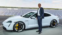 CEO Porsche, Oliver Blume, berdiri di sebelah mobil elektrik Porsche, Taycan selama world premiere di bandara Neuhardenberg, dekat Berlin, Rabu (4/9/2019). Mobil listrik dengan model Saloon Sport 4 pintu itu disebut menawarkan ketangguhan namun bisa dipakai sehari-hari. (Patrick Pleul/dpa via AP)