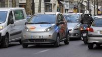 Ilustrasi mobil di jalanan kota Paris (AFP/Patrick Kovarik)