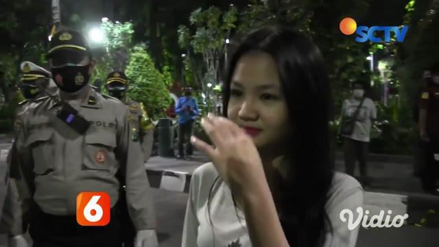 Tim Pemburu Pelanggar Protokol Kesehatan di tiap sudut kota Surabaya menangkap ratusan warga yang tidak memakai masker. Kemudian, bagi para pelanggar dikenakan sanksi berupa sidang di tempat dan denda sebesar Rp 50.000 agar tidak mengulangi lagi.
