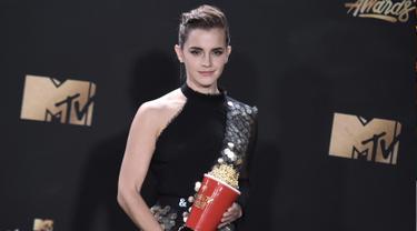 "Aktris Emma Watson berpose dengan Piala Popcorn MTV usai mendapat penghargaan sebagai aktris terbaik dalam film ""Beauty and the Beast"" di MTV Movie and TV Awards di Shrine Auditorium, Los Angeles (7/5). (Photo by Richard Shotwell/Invision/AP)"