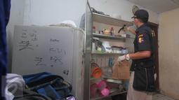 Polisi menggeledah rumah MA, terduga teroris Thamrin di Kampung Sanggrahan RT 02 RW 03, Kembangan, Jakbar, Jumat (15/1/2016). Polisi juga menggeledah rumah DI pelaku bom bunuh diri yang tidak jauh dari lokasi tempat tinggal MA. (Liputan6.com/Angga Yuniar)