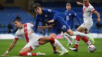 Gelandang Chelsea, Kai Havertz, berebut bola dengan bek Southampton, Jan Bednarek, pada laga lanjutan Liga Inggris di Stamford Brigde, Sabtu (17/10/2020) malam WIB. Chelsea bermain imbang 3-3 atas Southampton. (AFP/Mike Hewitt/pool)