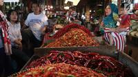 Pedagang cabai melayani pembeli di pasar di Jakarta, Jumat (20/4). Harga cabai dan bawang memasuki akhir pekan ini terpantau belum banyak berubah, cenderung mengalami penurunan. Pasokan yang cukup mendorong harga masih stabil. (Liputan6.com/Angga Yuniar)