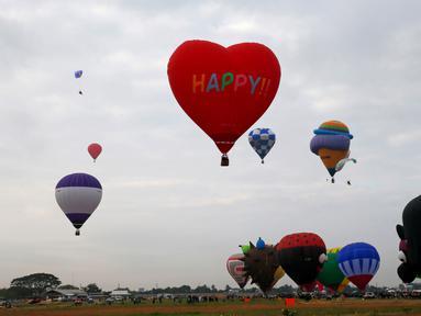 Festival Balon Udara Internasional digelar di Clark, Utara Manila, Provinsi Pampanga, Filipina, Kamis (8/2). Festival ini berlangsung selama empat hari. (AP Photo/Bullit Marquez)