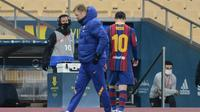 Penyerang Barcelona, Lionel Messi berjalan keluar lapangan setelah mendapat kartu merah melawan Athletic Bilbao pada final Piala Super Spanyol di stadion La Cartuja, Senin (18/1/2021). Aksi Messi memukul Asier Villalibre dikategorikan Marca masuk dalam pelanggaran pasal 98. (AFP/Cristina Quicler)