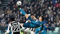 Penyerang Real Madrid, Cristiano Ronaldo mencetak gol salto ke gawang Juventus pada leg pertama perempat final Liga Champions di Stadion Allianz, Selasa (3/4). Gol Ronaldo tersebut memanfaatkan umpan silang Dani Carvajal. (Alberto PIZZOLI/AFP)