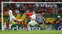 Jorge Andrade. Adalah pencetak gol bunuh diri ke-5 sepanjang sejarah Euro. Saat itu Portugal berhadapan dengan Belanda di laga semifinal Euro 2004, 30 Juni 2004. Gol terjadi di menit ke-63 saat Portugal unggul 2-0. Hasil akhir Portugal menang 2-1. (Foto: AFP/Lluis Gene)