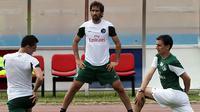 Raul Gonzales melakukan pemanasan sebelum laga persahabatan New York Cosmos melawan timnas Kuba. n(EPA/Alejandro Ernesto)
