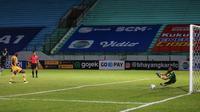 Kiper Persib Bandung, Teja Paku Alam (kanan) berhasil menggagalkan penalti pemain Bhayangkara FC, Ezechiel Ndouassel dalam laga pekan ke-7 BRI Liga 1 2021/2022 di Stadion Moch Soebroto, Magelang, Sabtu (16/10/2021). (Bola.com/Bagaskara Lazuardi)