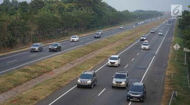 Sejumlah kendaraan melintasi Jalan Tol Cipali di kawasan Majalengka, Jawa Barat, Sabtu (8/7). Diberlakukannya sistem satu arah atau one way menyebabkan jalur Trans Jawa dari arah Palimanan menuju Cikampek ramai lancar pada H+3 Lebaran. (Liputan6.com/Immanuel Antonius)