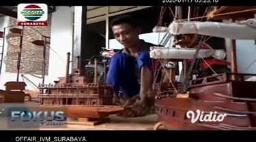 Memanfaatkan bambu di sekitar tempat tinggalnya, seorang penyandang disabilitas di Tulungagung, Jawa Timur berkreasi membuat miniatur kapal klasik nan unik. Dari bambu seharga belasan ribu per batang, kerajinan kapal klasik ini, terjual hingga harga ...