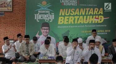 Inisiator gerakan Nusantara Mengaji Muhaimin Iskandar (tengah) bersama sejumlah tokoh saat membuka Nusantara bertauhid di Ciganjur, Jakarta, Kamis (14/3). Kegiatan ini mengajak masyarakat berselawat dan mengkhatamkan Alquran. (Liputan6.com/Faizal Fanani)