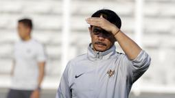 Pelatih Timnas Indonesia U-22, Indra Sjafri, mengamati anak asuhnya saat latihan di Stadion Madya, Senayan, Jakarta, Senin (4/3). Latihan tersebut untuk persiapan kualifikasi Piala AFC U-23. (Bola.com/M Iqbal Ichsan)