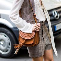 Tas tangan coklat yang klasik kembali jadi incaran para fashionista dunia.