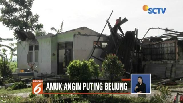 Desa Selapua dan Desa Blubuk, Tegal, Jawa Tengah, diterjang puting beliung hingga menyebabkan belasan bangunan rusak berat.