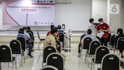 Pekerja ritel menunggu untuk disuntik vaksin COVID-19 Astrazeneca di GOR Tanjung Duren, Jakarta Barat, Senin (24/5/2021). Berdasarkan data Kementerian Kesehatan hingga 23 Mei 2021, sebanyak 14.890.933 orang telah menerima vaksin COVID-19 dosis pertama. (Liputan6.com/Faizal Fanani)