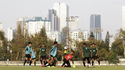Pemain Timnas Indonesia U-22 berebut bola saat latihan di Lapangan G, Senayan, Jakarta, Sabtu (5/10). Latihan ini merupakan persiapan menjelang SEA Games 2019. (Bola.com/Yoppy Renato)
