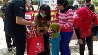 Emtek Peduli Corona melalui YPP salurkan bantuan paket sembako dan masker kain untuk anak berkebutuhan khusus dan yatim piatu di Griya Asri, Bekasi, Selasa (22/9/2020)