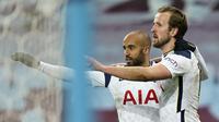 Striker Tottenham Hotspur, Harry Kane (kanan) melakukan selebrasi bersama Lucas Moura usai mencetak gol kedua timnya ke gawang Aston Villa dalam laga lanjutan Liga Inggris 2020/2021 pekan ke-29 di Villa Park, Minggu (21/3/2021). Tottenham menang 2-0 atas Aston Villa. (AP/Tim Keeton/Pool)