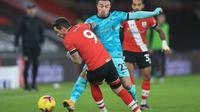 Striker Southampton, Danny Ings dijegal pemain Liverpool, Xherdan Shaqiri pada laga lanjutan Premier League 2020/2021, Selasa (05/01/2021) dini hari WIB. (AFP)