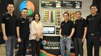 Kiri-Kanan: Robby Tan, Founder Kioson; Rico Putra, CTO Kioson; Ayu Indirawaty, Sekjen Asosiasi e-Commerce Indonesia idEA; Jasin Halim, CEO Kioson; Viperi Limiardi, Co Founder; dan Ronny Marudut, COO Kioson